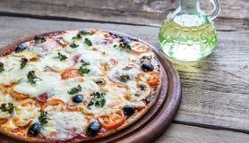 Lagad mat pizza på träbrädet Arkivbilder