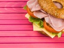 Lagad mat skivad bagel för Ham Tomato och ostsalladsesam Arkivfoto