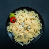 Lagad mat tagliatelle i en platta med parmesan och blått royaltyfri fotografi