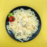 Lagad mat tagliatelle i en platta med parmesan och blått fotografering för bildbyråer
