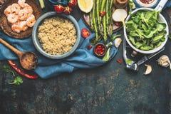 Lagad mat vit quinoa i bunke med nya grönsaker som lagar mat ingredienser på mörk lantlig bakgrund, bästa sikt, gräns Fotografering för Bildbyråer