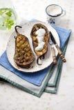 Lagade mat aubergine på en platta med tzatziki Arkivbild