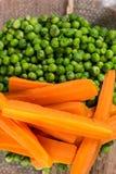 Lagade mat gröna ärtor med lagade mat skivade den lekmanna- morotlägenheten Royaltyfria Foton