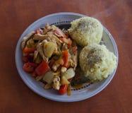 Lagade mat grönsaker med fegt och ris arkivbild