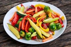 Lagade mat grillade grönsaker, på den gamla trätabellen Royaltyfria Bilder