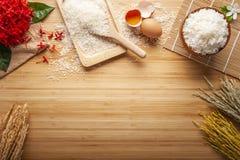 Lagade mat jasminris i en bunke fotografering för bildbyråer