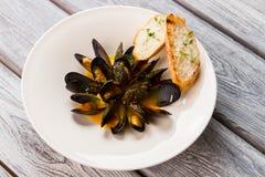 Lagade mat musslor med sås Arkivbild