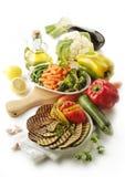 Lagade mat och rå grönsaker Royaltyfri Foto