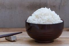 Lagade mat ris i bunke på wood bakgrund Arkivfoton