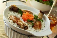 Lagade mat ris samman med en höna Arkivbilder