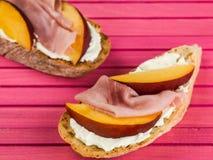 Lagade mat skinka och Peaches With Soft Ricotta Cheese på den Ciabatta smörgåsen Royaltyfri Fotografi