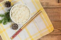 Lagade mat vita ris, ris i bunke med pinnar på trät tillbaka fotografering för bildbyråer