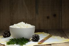 Lagade mat vita ris, ris i bunke med pinnar på trät tillbaka Royaltyfri Fotografi