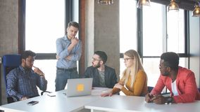 Lagarbete på det moderna kontoret för interantionalkorporation stock video
