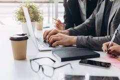 Lagarbetsprocess Besättning för fotoaffärschefer som arbetar med bärbara datorn på tabellen arkivbilder