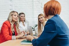 Lagarbetsprocess Blandras- grupp av kvinnor som coloborating i öppet utrymmekontor arkivbilder