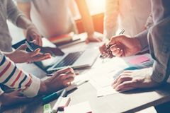 Lagarbetsprocess Idékläckning för marknadsföringsstrategi Skrivbordsarbete och digitalt i öppet utrymme arkivbild