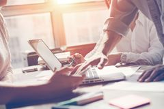 Lagarbetsprocess Idékläckning för marknadsföringsstrategi Skrivbordsarbete och digitalt i regeringsställning royaltyfria foton