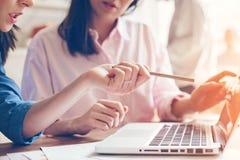 Lagarbetsprocess Två kvinnor med bärbara datorn i öppet utrymmekontor äganderätt för home tangent för affärsidé som guld- ner sky royaltyfria bilder