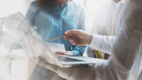 Lagarbetsprocess Ung affärsbesättning för foto som arbetar med nytt startup projekt Möte för projektchefer Analysera plan Arkivfoton
