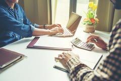 Lagarbetsprocess, ung bes?ttning f?r aff?rschefer som arbetar nytt startprojekt royaltyfria bilder
