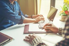 Lagarbetsprocess, ung bes?ttning f?r aff?rschefer som arbetar nytt startprojekt arkivbilder