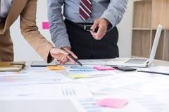 Lagarbetsprocessen, två affärschefer förser med besättning arbete med nytt s arkivbild