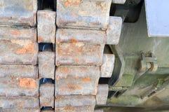 Lagarta pesada da trilha do metal sujo oxidado do ferro de um tanque e de uma parte inferior sírios de guerra do grande russo per imagem de stock