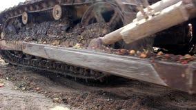 Lagartas e cubeta da máquina escavadora filme