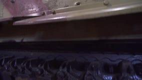 Lagartas fascistas do tanque da segunda guerra mundial e rodas do tanque pesado militar Fim acima filme