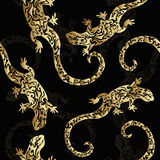 Lagartos figurados rizados de oro abstractos, modelo inconsútil, impresión Reptiles del metal precioso en un fondo oscuro Imagen de archivo libre de regalías