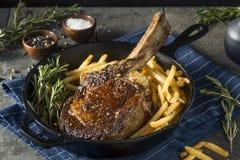 Lagat mat gräs Fed Tomahawk Steaks Fotografering för Bildbyråer