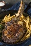 Lagat mat gräs Fed Tomahawk Steaks Arkivfoto