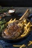 Lagat mat gräs Fed Tomahawk Steaks Royaltyfri Fotografi