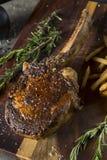 Lagat mat gräs Fed Tomahawk Steaks Arkivbild