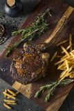 Lagat mat gräs Fed Tomahawk Steaks Arkivfoton