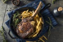Lagat mat gräs Fed Tomahawk Steaks Royaltyfri Bild