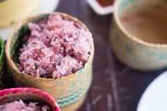 Lagat mat klibbigt ris-bär i ask för klibbiga ris Arkivfoto
