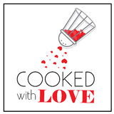 Lagat mat med förälskelse Peppar-ask shaker med små röda hjärtor Kryddat av förälskelse Arkivfoto
