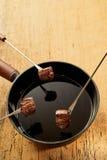 Lagat mat nötkött på fonduegafflar med krukan av varm olja Arkivfoton