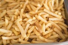 Lagat mat nytt för pommes frites Djup stekpanna för restaurang, metallbehållare med massor av stekte potatisar Royaltyfri Bild