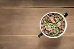 Lagat mat skidfruktkött i en bunke på en gammal trätabell Nationell maträtt Asien, Europa, Amerika arkivfoto