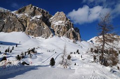 Lagazuoi berg som sett från Passo Falzarego i vintern, Dolomites, ` Ampezzo, Belluno, Veneto, Italien för Cortina D Royaltyfri Bild