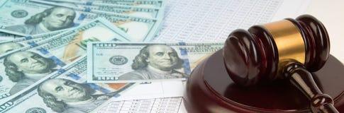 Lagbegrepp eller auktionbegrepp Dollarräkningar, domares auktionsklubba på vit bakgrund closeup av en auktionsklubba på kassa, fr arkivbild