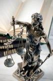Lagbegrepp med Themis, symbol av rättvisa Arkivbilder