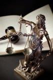 Lagbegrepp med Themis, symbol av rättvisa Royaltyfri Bild