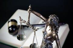 Lagbegrepp med Themis, symbol av rättvisa Royaltyfria Bilder