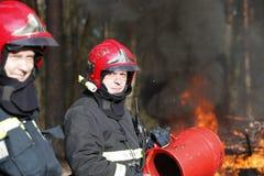Lagbrandmän som släcker skogsbrand royaltyfri fotografi