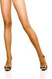 lagd benen på ryggen lång kvinna Arkivbild