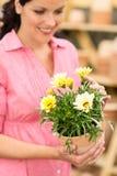 Lagd in blomma för kvinnahåll yellow Royaltyfri Fotografi